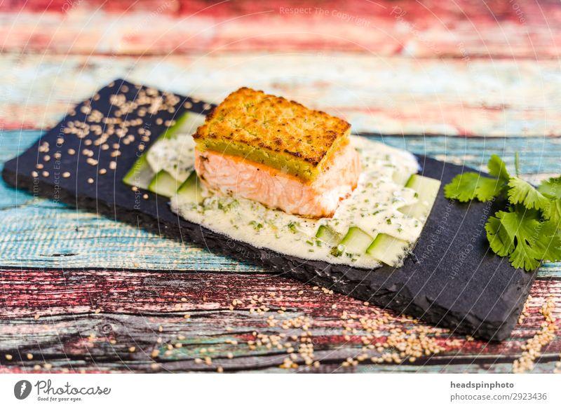 Lachs mit Wasabi-Kruste und Joghurt-Dill-Sauce Gesunde Ernährung Sommer Lebensmittel Fisch lecker Grillen Teller Abendessen Holztisch sommerlich Festessen Gurke