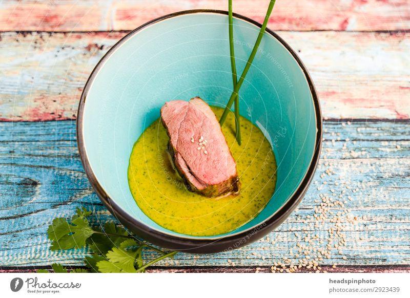 Rosa Rehrücken mit Erbsen Orangen Ingwer Sauce Sommer Lebensmittel gelb rosa Ernährung modern lecker Gemüse Wildfleisch Schalen & Schüsseln türkis Teller