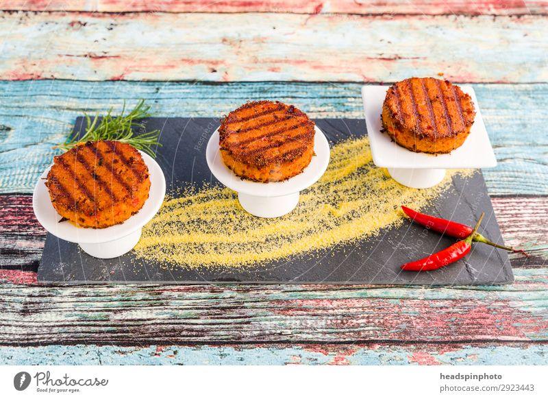 Vegane Polenta Bratlinge gegen bunten Hintergrund Lebensmittel Gemüse Getreide Ernährung Mittagessen Abendessen Büffet Brunch Festessen Bioprodukte