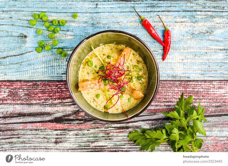 Kokos Erbsen Suppe mit Garnelen Sommer Lebensmittel gelb Ernährung modern Gemüse türkis Abendessen Holztisch leicht Mittagessen sommerlich Festessen Büffet