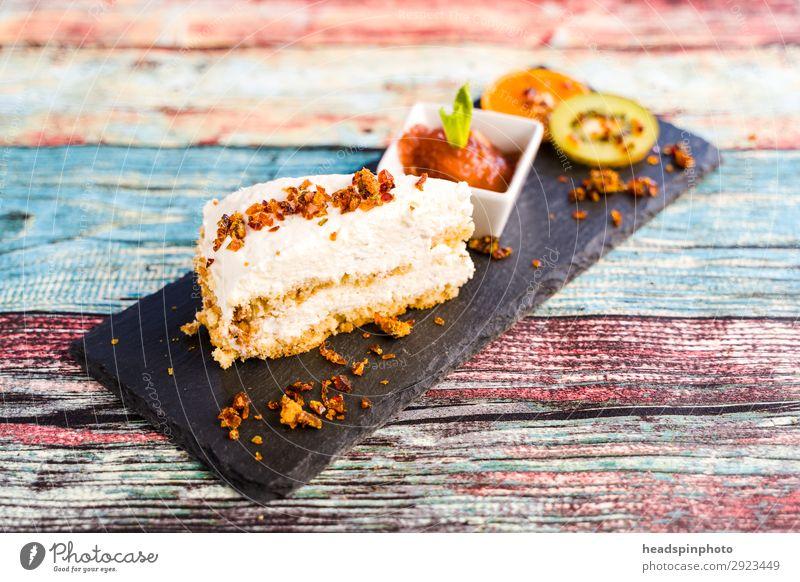 Vegane Kokostorte mit Nusskrokant & Obst Lebensmittel Frucht Kuchen Dessert Marmelade Kokosnuss Torte Geburtstagstorte Krokant Kiwi Orange Pflaume Sahne