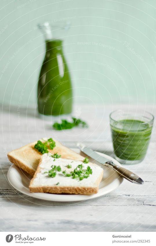 Grünes Frühstück grün Gesundheit Lebensmittel Glas frisch Ernährung Getränk Foodfotografie lecker Frühstück Brot Teller Messer Holztisch Saft fruchtig