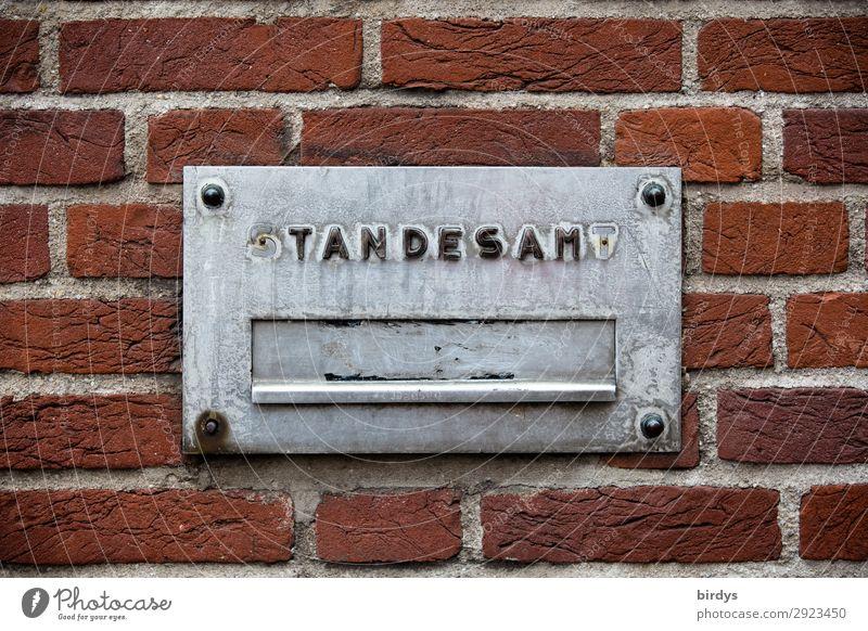 Standesamt Rathaus Mauer Wand Backsteinwand Briefkasten Stein Metall Schriftzeichen Hinweisschild Warnschild alt authentisch kaputt Stadt grau rot Einigkeit