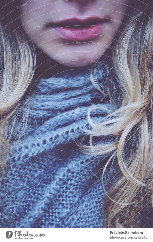 goldlocke. feminin Junge Frau Jugendliche Erwachsene Haare & Frisuren Lippen 1 Mensch 18-30 Jahre Schal blond langhaarig Locken frisch kalt natürlich blau Wolle