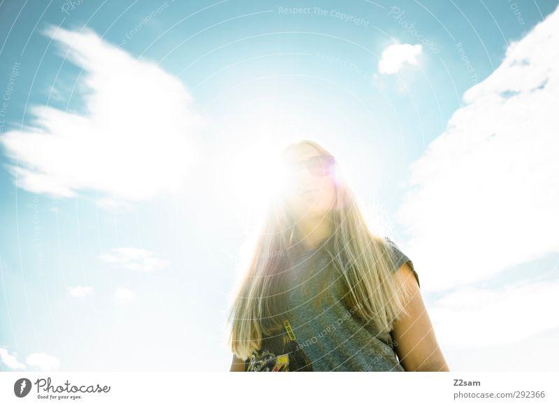sunshine Stil feminin Junge Frau Jugendliche 18-30 Jahre Erwachsene Himmel Wolken Sonne Sonnenlicht Sommer T-Shirt Sonnenbrille blond langhaarig Coolness schön