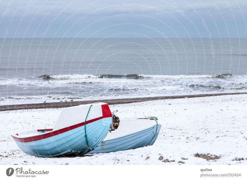 Winterschlaf II Himmel blau Ferien & Urlaub & Reisen Wasser weiß Meer Landschaft ruhig Strand grau Küste liegen Wellen Ordnung warten Gelassenheit