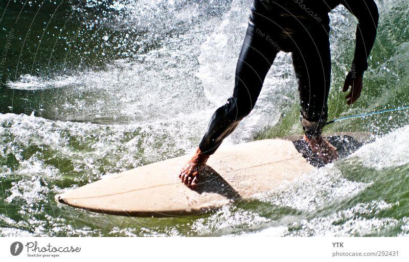 Wave Rider Mensch maskulin Mann Erwachsene Beine Fuß 1 18-30 Jahre Jugendliche Umwelt Natur Wasser Wassertropfen Sommer Schönes Wetter Wellen Küste Fluss Surfen