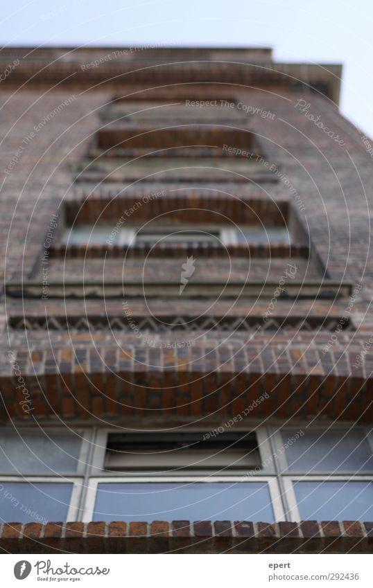 Backstein Fabrik Architektur Mauer Wand Fassade Stein Glas alt fest hoch Stadt Wandel & Veränderung Gedeckte Farben Außenaufnahme Menschenleer Tag