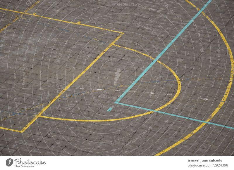 bunte Linien auf dem Boden auf dem Basketballplatz Korb Sport Gerichtsgebäude Feld Markierungen Farbe mehrfarbig Spielen alt Straße Park Spielplatz