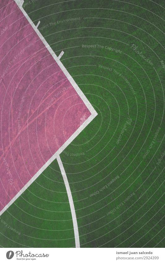 grüne und rosa Linien auf dem Boden des Basketballplatzes Korb Sport Gerichtsgebäude Feld Markierungen Farbe mehrfarbig Spielen alt Straße Park Spielplatz