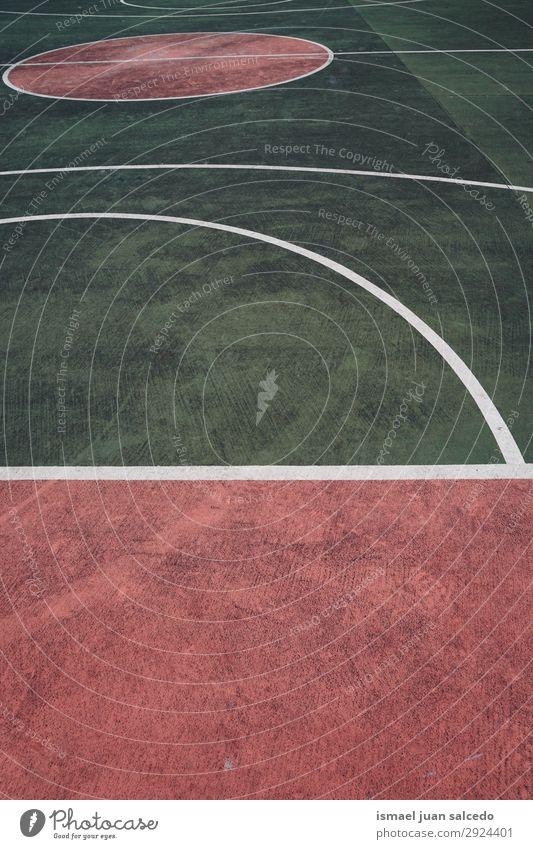 grüne und rote Linien auf dem Boden auf dem Basketballplatz Korb Sport Gerichtsgebäude Feld Markierungen Farbe mehrfarbig Spielen alt Straße Park Spielplatz