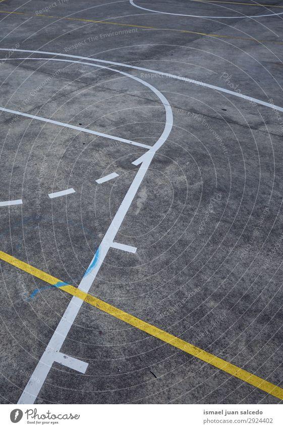 Linien auf dem Boden auf dem Basketballplatz auf der Straße. Korb Sport Gerichtsgebäude Feld Markierungen Farbe mehrfarbig Spielen alt Park Spielplatz