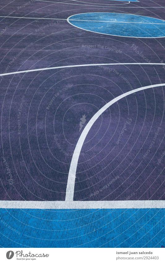 blaue und weiße Linien auf dem Basketballplatz auf der Straße Korb Sport Gerichtsgebäude Feld Markierungen Farbe mehrfarbig Boden Spielen alt Park Spielplatz