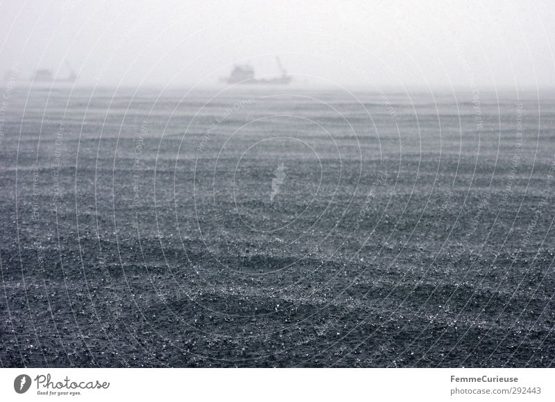 Heavy seas (II). Natur Wasser Meer Umwelt Ferne Küste See Horizont Wasserfahrzeug Regen Wetter Wind Wellen wild Klima Nebel