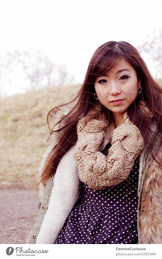 In der Natur. Mensch Jugendliche blau schön Winter schwarz Erholung Erwachsene Herbst feminin 18-30 Jahre Park Spaziergang einzigartig Kleid