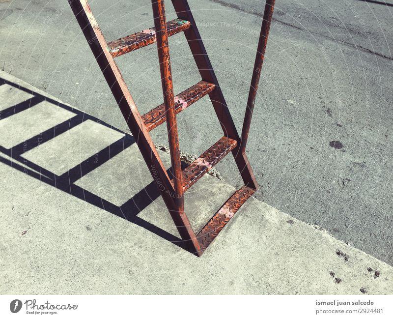alte metallische Leiter in der Schattensilhouette der Straße Treppe Wand Außenaufnahme Gebäude Zweck Metall Treppenhaus Trittleiter Werkzeug Klettern Silhouette
