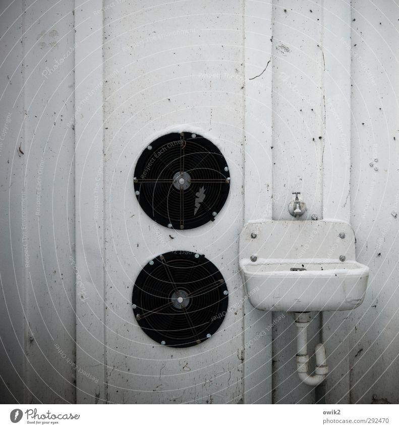 Einmal waschen und fönen weiß schwarz Wand Mauer Metall Technik & Technologie einfach rund Sauberkeit Container Blech Abnutzung Wasserhahn Reinheit Waschbecken bescheiden