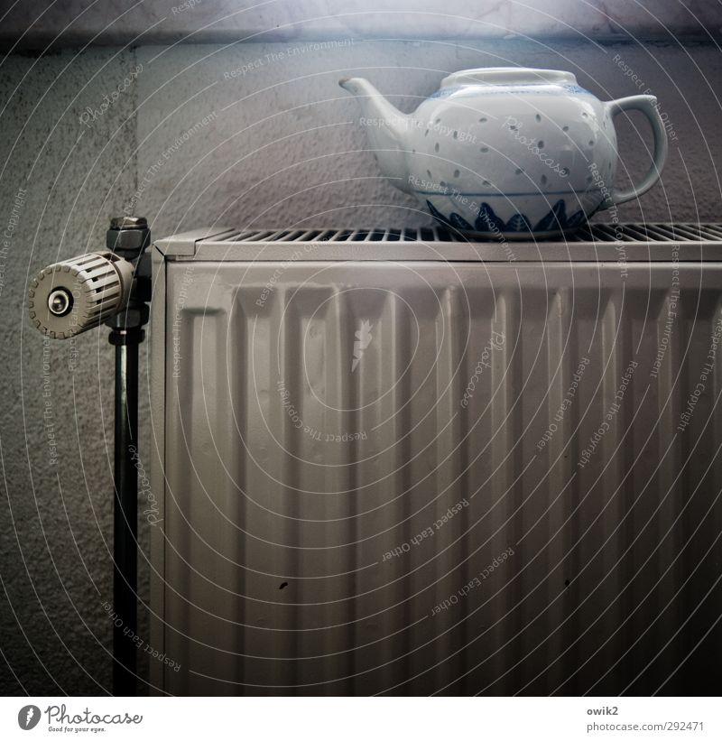 Abwarten und Tee trinken Heizung Heizkörper Teekanne Porzellan Mauer Wand Metall heizen Vorfreude geduldig Farbfoto Gedeckte Farben Innenaufnahme
