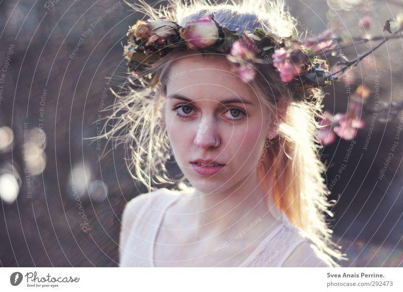 Frau Frühling. feminin Junge Frau Jugendliche Haare & Frisuren Gesicht 1 Mensch 18-30 Jahre Erwachsene Umwelt Natur Schönes Wetter Blume Blüte Rosenkranz Mode