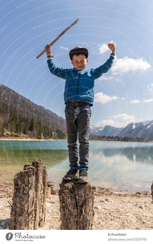 Kind, Wanderung, Gebirgssee, Baumstamm Freizeit & Hobby Ausflug Abenteuer Freiheit wandern Kindheit 1 Mensch 3-8 Jahre Natur Landschaft Wasser Himmel