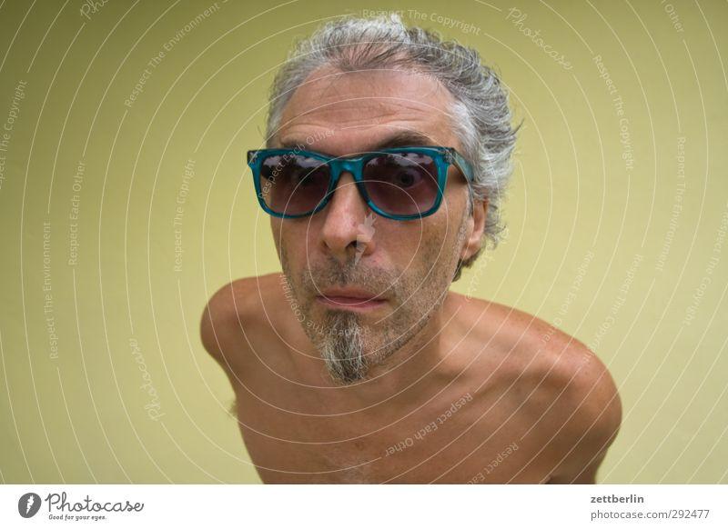 Sonnenbrille maskulin Mann Erwachsene Kopf Gesicht Bart Brille grauhaarig Blick selbstbewußt Neugier Interesse skurril ansehen augen blickkontakt erstaunt