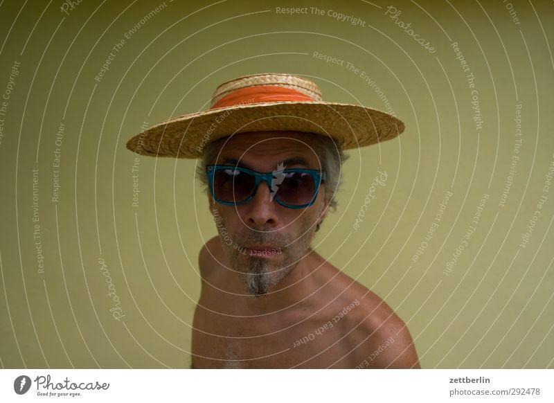 Sonnenhut Mann Erwachsene Kopf Gesicht Bart 45-60 Jahre Accessoire Brille Sonnenbrille Hut Blick Neugier Interesse Überraschung eitel skurril ansehen augen