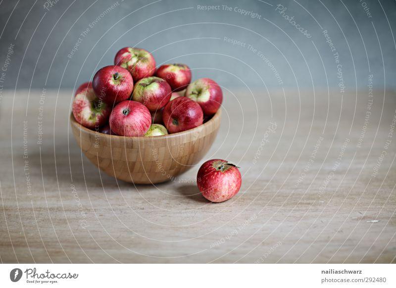 Stilleben mit Äpfeln blau schön rot Holz grau Gesundheit natürlich Lebensmittel Frucht Kraft frisch Ernährung süß genießen Apfel Appetit & Hunger