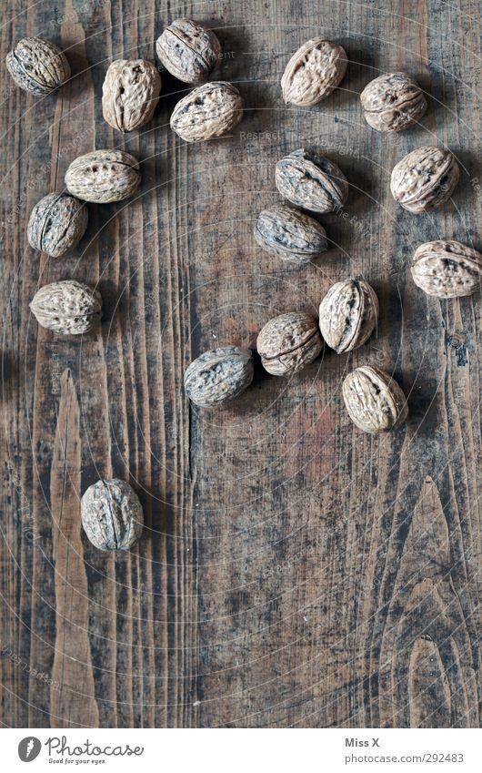 Nüsse auf dem Tisch Lebensmittel Ernährung Gesundheit lecker Nuss Walnuss Nussschale Holz Holztisch hart Farbfoto Gedeckte Farben Nahaufnahme
