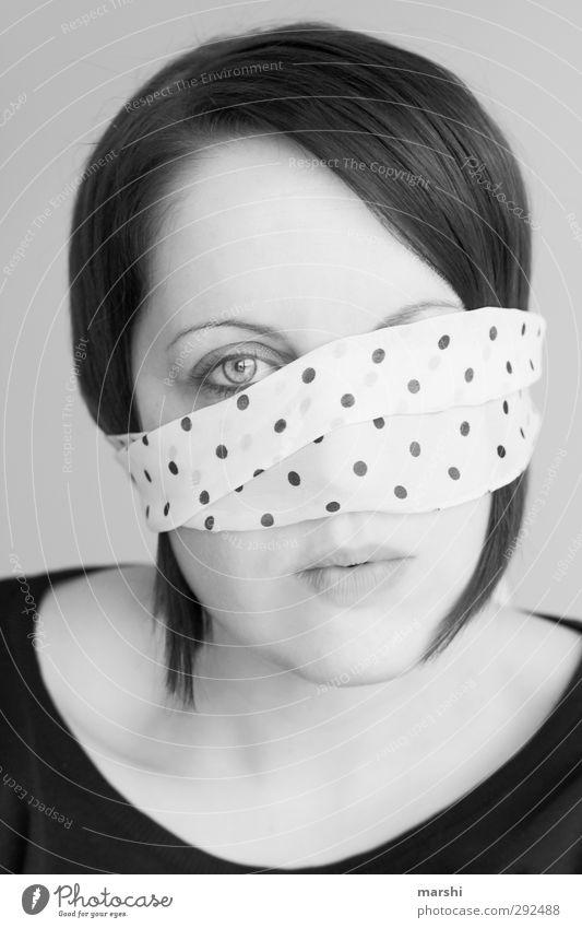 Pünktchen ist neugierig Stil Mensch Junge Frau Jugendliche Erwachsene Kopf 1 18-30 Jahre Accessoire Maske Haare & Frisuren schwarzhaarig weiß Gefühle Stimmung