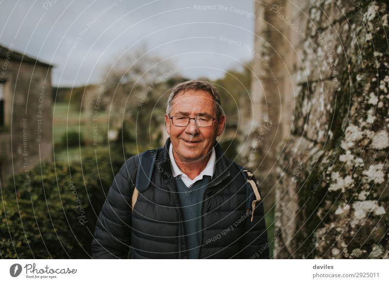 Glücklicher Senior mit Blick auf die Kamera Lifestyle Freude Freizeit & Hobby Abenteuer Winter Berge u. Gebirge wandern Ruhestand Mensch Mann Erwachsene