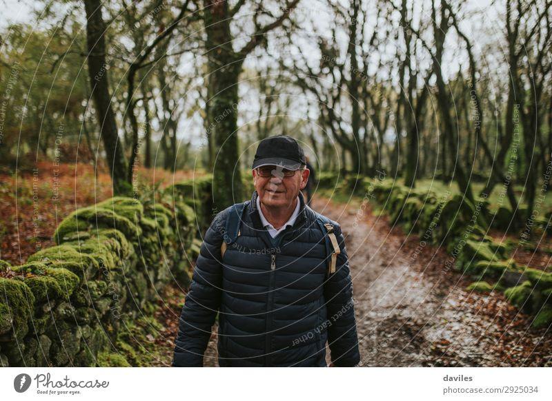 Glücklicher älterer Mann beim Wandern in der Natur. Ferien & Urlaub & Reisen Abenteuer wandern Mensch Erwachsene Männlicher Senior 1 60 und älter Landschaft