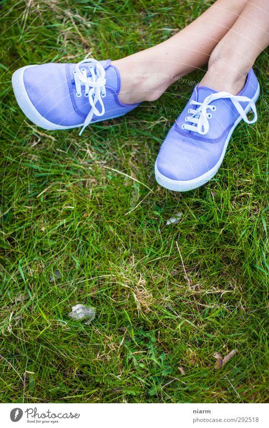 schöne Schuhe... ! feminin Junge Frau Jugendliche Erwachsene Beine Fuß 1 Mensch 18-30 Jahre Erholung Freiheit Freizeit & Hobby Slipper violett Schuhbänder Gras