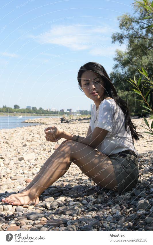 Ich hätte lieber Sandstrand! Ausflug Junge Frau Jugendliche Körper Beine Fuß 18-30 Jahre Erwachsene Landschaft Sommer Schönes Wetter Sträucher Flussufer Barfuß