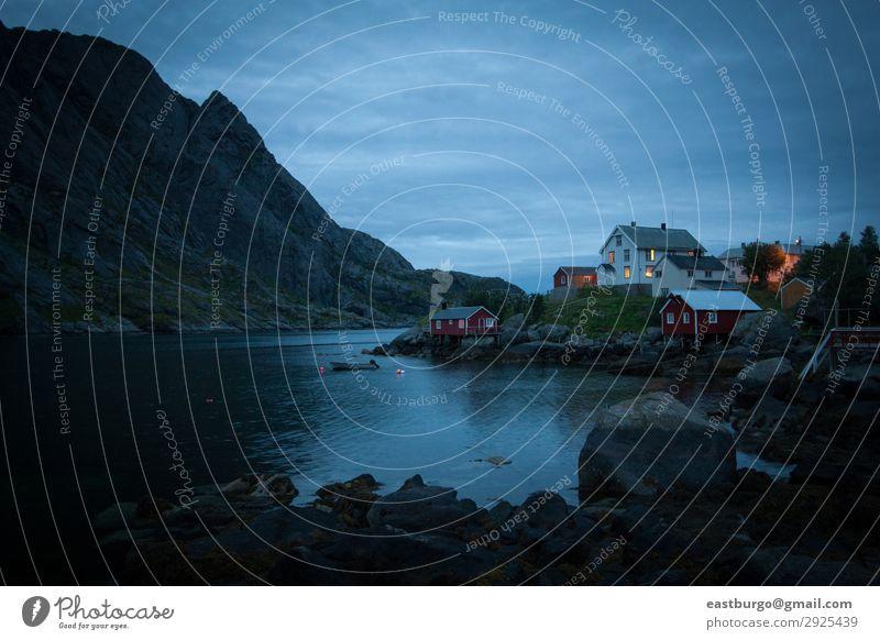 Ein stimmungsvolles Dorf bei Einbruch der Dunkelheit auf der Insel Lofoten schön Ferien & Urlaub & Reisen Tourismus Meer Berge u. Gebirge Natur Landschaft