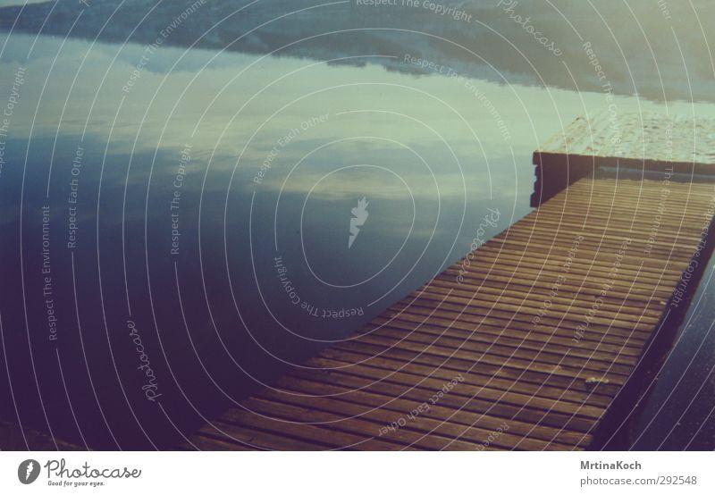 see. Umwelt Natur Himmel Schönes Wetter Wellen Küste Seeufer Flussufer ästhetisch Vertrauen Sicherheit analog Floß Steg Farbfoto Gedeckte Farben mehrfarbig