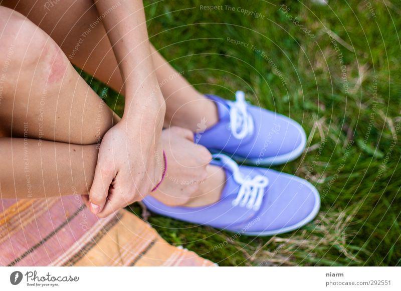 schöne Schuhe mit Bein feminin Junge Frau Jugendliche Erwachsene Beine Fuß sitzen Slipper Rasen Picknick Erholung violett Hand Farbfoto Außenaufnahme Unschärfe
