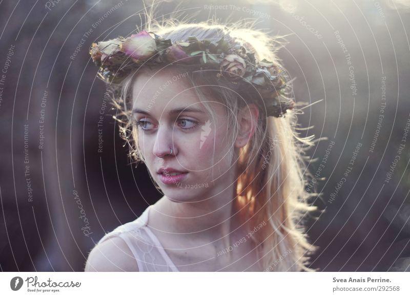 verblüht. feminin Junge Frau Jugendliche Haare & Frisuren Gesicht 1 Mensch 18-30 Jahre Erwachsene Umwelt Natur Sonnenlicht Schönes Wetter Blatt Blüte Rosenkranz