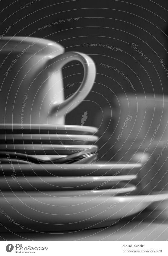 Abwasch Geschirr Teller Tasse Löffel Küche dreckig grau schwarz weiß Geschirrspülen Kaffeetrinken Unschärfe Haushaltsführung Stapel Schwarzweißfoto