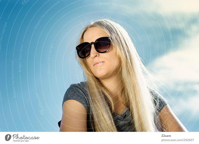 sunshine Lifestyle Stil Sommer feminin Junge Frau Jugendliche 1 Mensch 18-30 Jahre Erwachsene Natur Himmel Sonne T-Shirt Sonnenbrille blond langhaarig Denken