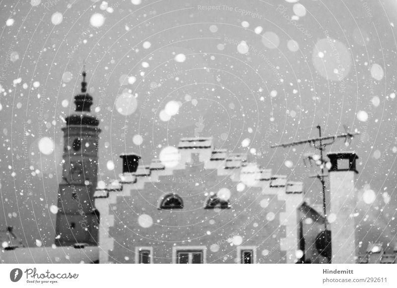 LOKALKOLORIT | D-84405 Wetter schlechtes Wetter Schnee Schneefall Kleinstadt Menschenleer Haus Kirche Fassade Fenster Schornstein Antenne Kirchturm Turmuhr