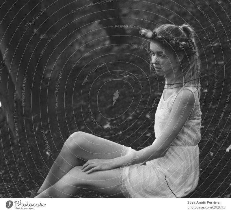 frau wald. Mensch Natur Jugendliche Junge Frau 18-30 Jahre Wald Gesicht Erwachsene Umwelt Traurigkeit Gefühle natürlich feminin Haare & Frisuren Beine Kopf