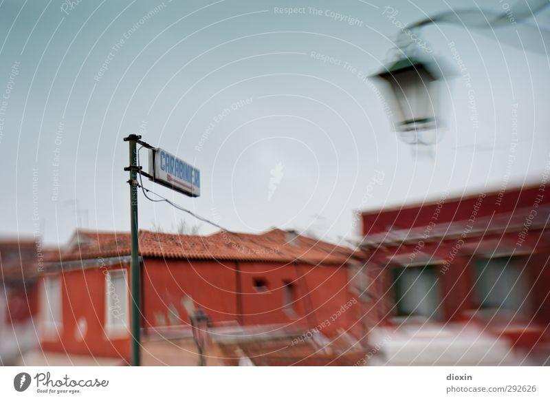 Carabinieri -----> Ferien & Urlaub & Reisen Stadt Haus Schilder & Markierungen Tourismus Hinweisschild bedrohlich Italien Schutz Dorf Straßenbeleuchtung
