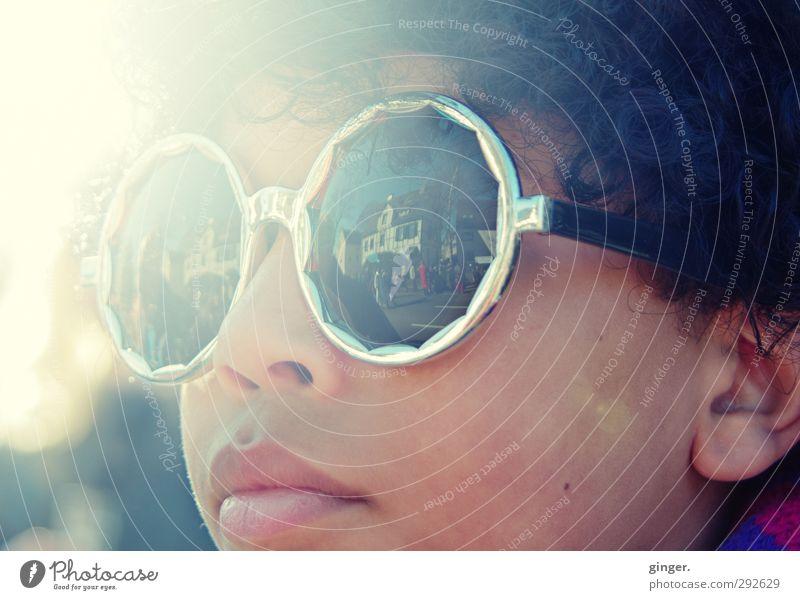 Karnevals-Sonnenschein :) Freude Freizeit & Hobby Entertainment Feste & Feiern Blick Sonnenstrahlen Sonnenbrille Brille rund dunkel hell Kind Jugendliche