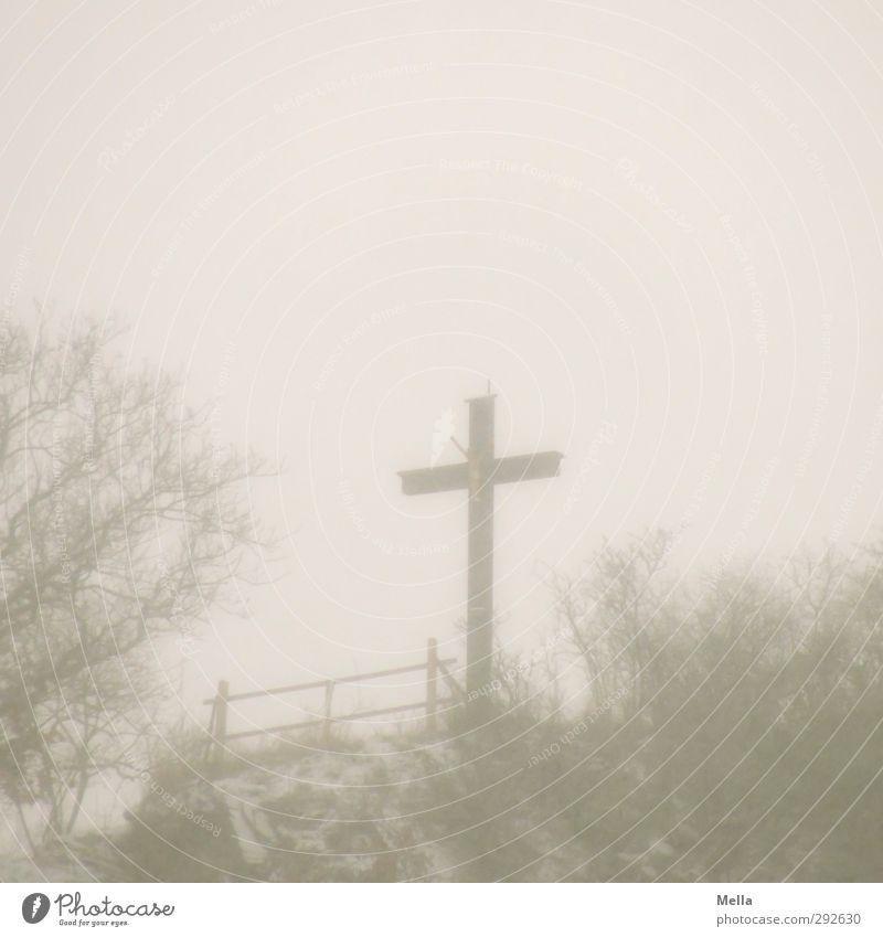 Karfreitag Trauerfeier Beerdigung Totensonntag Skulptur Kultur Umwelt Landschaft Herbst Winter Nebel Schnee Kruzifix Zeichen Kreuz trist grau ruhig Glaube