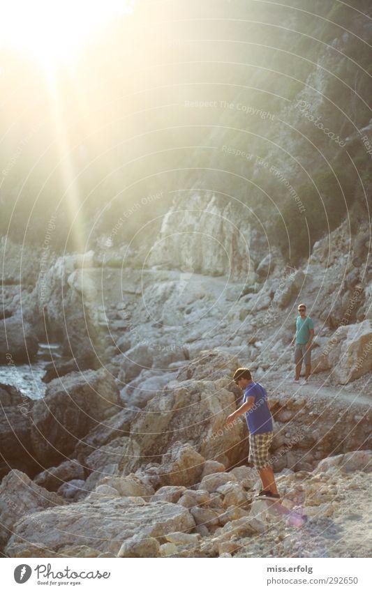 Sonne, Fels und Kerle Mensch Mann Jugendliche blau Ferien & Urlaub & Reisen schön Erholung Erwachsene Ferne Junger Mann Sport grau 18-30 Jahre Freundschaft