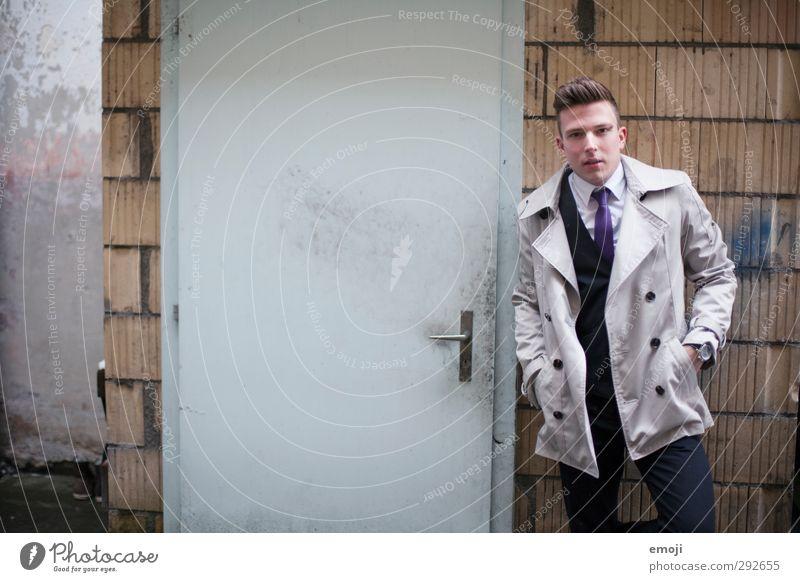 next door maskulin Junger Mann Jugendliche 1 Mensch 18-30 Jahre Erwachsene Mauer Wand Tür Mode Jacke Mantel trendy einzigartig Farbfoto Außenaufnahme