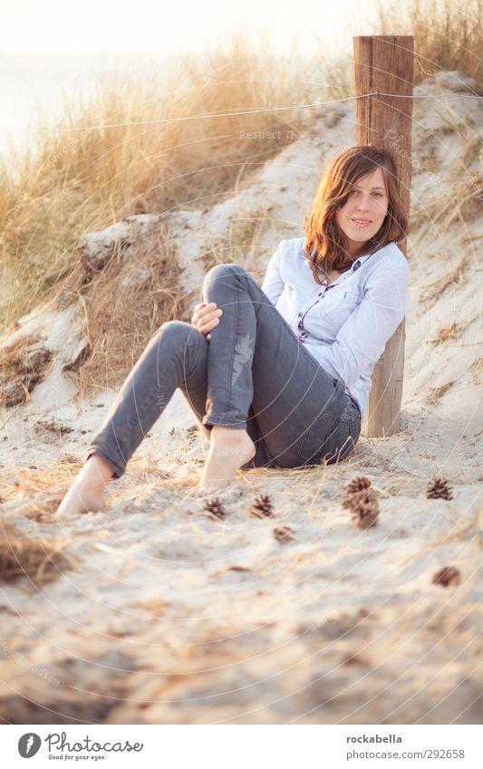sommerstrand. Mensch Frau Jugendliche schön Freude Strand Erwachsene Wärme feminin Glück 18-30 Jahre Sand Mode Zufriedenheit Fröhlichkeit ästhetisch