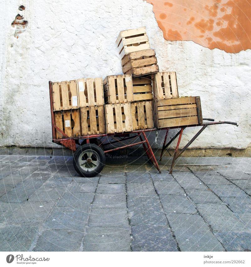 Volle Ladung alt Wand Holz Mauer Stein Fassade Armut hoch leer Beton Güterverkehr & Logistik Verfall Stress Kasten Nostalgie anstrengen