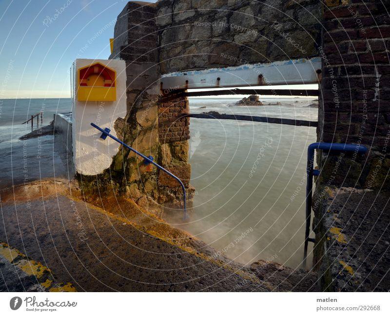 Badestelle Landschaft Wasser Himmel Wolkenloser Himmel Horizont Herbst Klima Schönes Wetter Felsen Küste Meer Dorf Menschenleer Tor Schwimmbad Mauer Wand Treppe