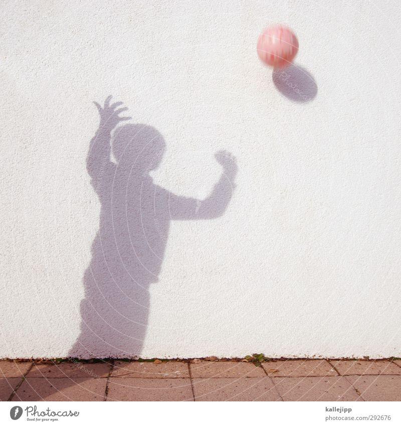 balljunge Mensch Junge Leben Körper 1 Spielen Sport Ball fangen werfen Ballsport rosa Kind Mauer Farbfoto Außenaufnahme Licht Schatten Kontrast Silhouette